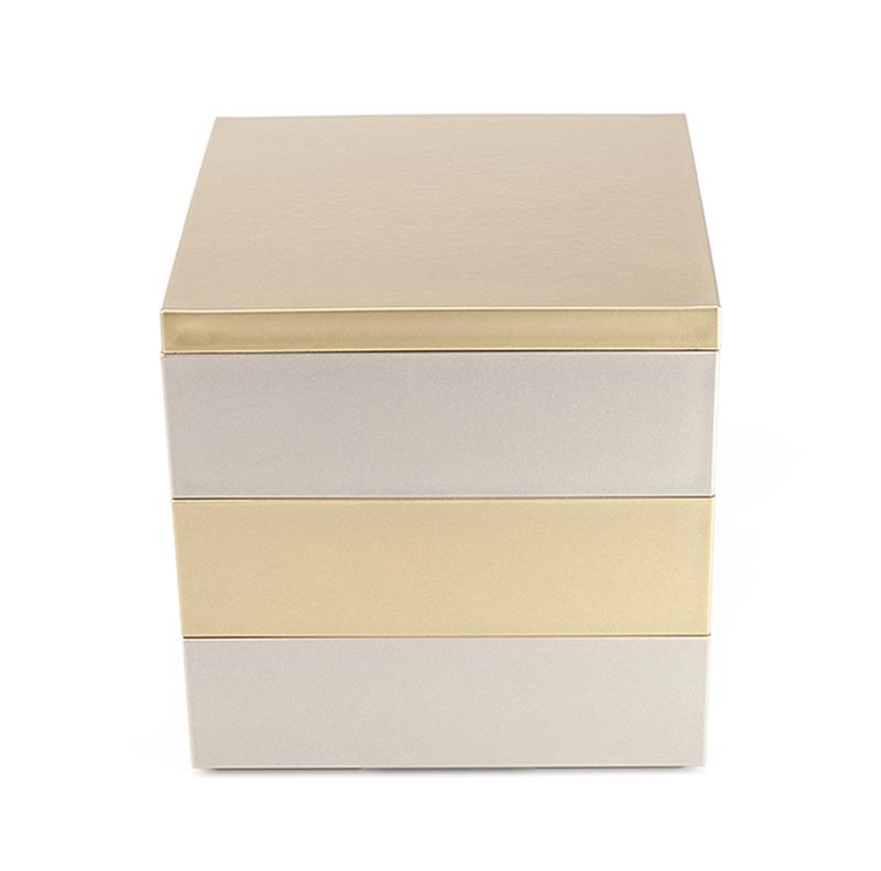 モダンな重箱 金銀塗りのおめでたい重箱です!